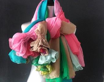 Bufanda seda con flor en un extremo. NUNO SCARF COLORFULL