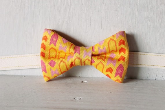 Bow tie unisex >> Yellow, pink, orange patterned arrow bow, leather strap, buckle >> Brisbane