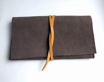 Nubuck antracite leather and yellow tobacco pouch
