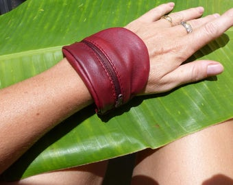 Wallet in red leather for wrist bracelet.