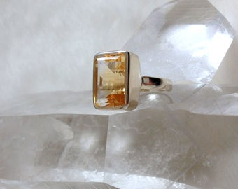 Elegant 925-Sterling Silver Ring with a genuine faceted Citrine