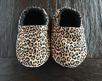 Leopard baby booties // Leopard crib shoes