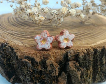 White daisy earrings clay ceramic hand painted, mini flowers brown gold, lightweight wear all day studs, gift for mother sister aunt granny