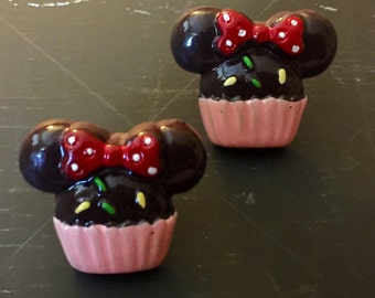 Minnie Mouse cupcake earrings! Chocolate Minnie Mouse, cupcakes