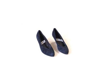 Vintage navy blue suede pumps / 90s suede heels / Low suede secretary heels / Size 8 blue suede shoes / Minimalist suede pumps