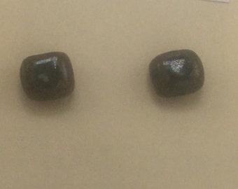 Small square earrings in mottled green