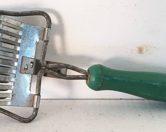 Vintage Farmhouse Kitchen Pasta Roller with Green Wooden Handle/Old Kitchen Gadget/Old Kitchen Pasta Gadget/Sahbby Chic Kitchen Pasta Roller