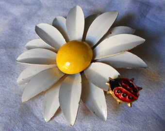 Large VINTAGE White Enamel Daisy Flower with Ladybug Weiss Costume Jewelry Brooch