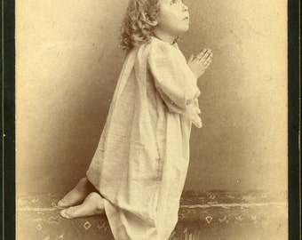 Little Girl KNEELING With Hands Folded In PRAYER In STYLISH 1890s Cabinet Photo Quincy Illinois
