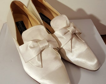 KENNETH COLE WEDDING Heels // New York Creamy Pearly White Bow Tie Heels Size 8 Spain Bride Pointy Toe Costume Marie Antoinette