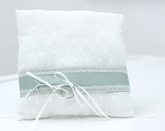 Ring pillow with dots and ribbon in mint