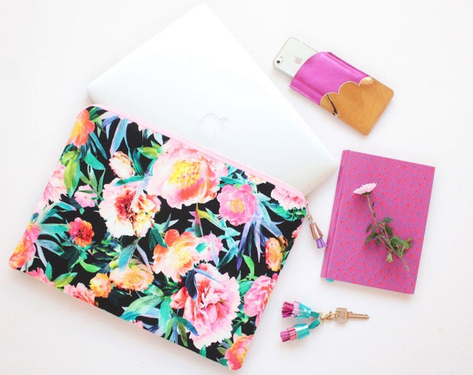 Floral laptop sleeve /case for 13'' to 16,5'' -  Choose your size - protective pc sleeve with foam lining - Black florals- Ready to Ship