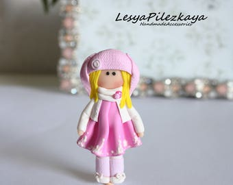 Polymer clay brooch little girl in pink - white/pink - Hare Mütze
