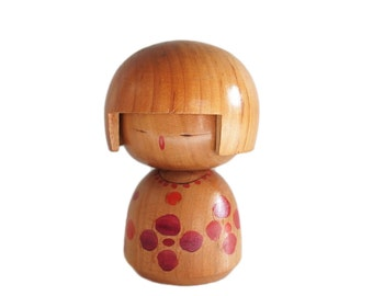 Adorable Woodgrain Kokeshi with Kappa Page Boy Bangs. Vintage Japanese Kokeshi. Woodgrain. Japanese Doll. Handmade Wood Doll. Kokeshi Doll.