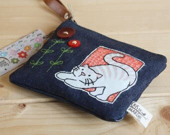 Purse or card holders in jeans with appliqués of cat and buttons. Coincase jeans with cute cat and buttons.