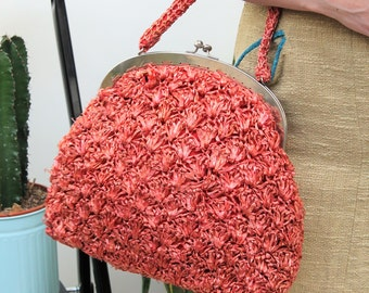1950s Coral Pink Raffia Clasped Handbag