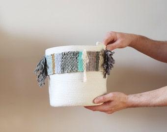 panier de coton avec bande tissée dans les tons de gris, turquoise, crème, jaune ocre
