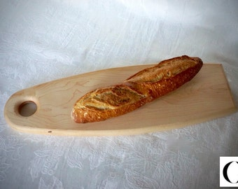 Bread cutting board made of maplewood. Natural wood color.