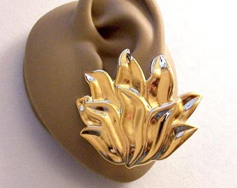 Avon Layered Leaf Pierced Stud Earrings Gold Tone Vintage Extra Large Imprinted Accent Discs Scallop Edges Surgical Steel Posts