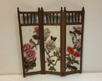 Mini screen for dollhouse with embroidery in needlepoint