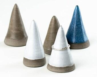 Ringhalter aus Keramik // Minimalisitscher Ring Kegel aus grauem Ton und farb. Glasur // Aufbewahrung für Schmuck aus Ton // Handgefertigt