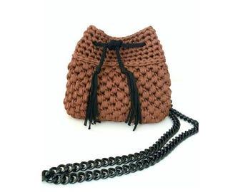 Crochet bucket bag in cinnamon brown