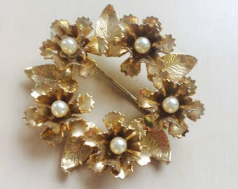 Vintage faux pearl flower pin broach 60s/ Superbe broche vintage