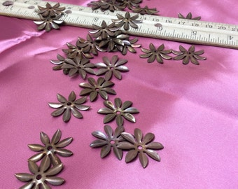 Antique metal flowers - 32 pieces - #802