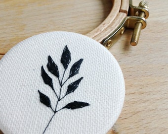 Brooch embroidered by hand // minimal botanic // black // embroidery // handmade // leaf