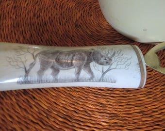 Flaschenöffner aus Kuhknochen mit Motiv