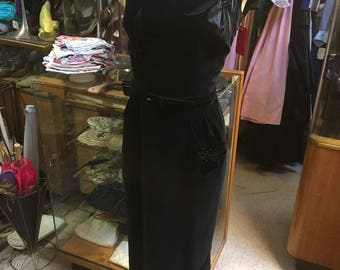 Cotton velvet wiggle dress of the 1950s in black featuring black satin velvet applique flowers