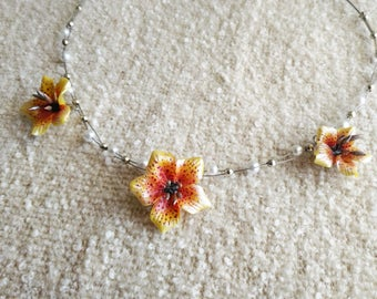 Necklace with yellow lys and pearls