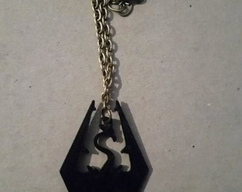 skyrim - skyrim elder's scroll logo necklace