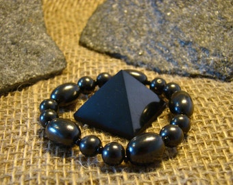 Shungite pyramid is set with an elastic band and bracelet from Karelia.