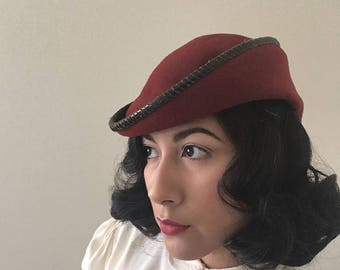 1940's burnt red felt asymmetrical toque hat