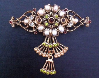 Vintage brooch with garnet and pearls