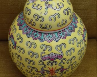 Lovely vintage Chinese yellow-based ginger jar in excellent condition
