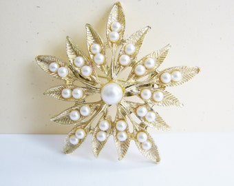 Vintage gold sunburst flower brooch with white pearl accent (H10)