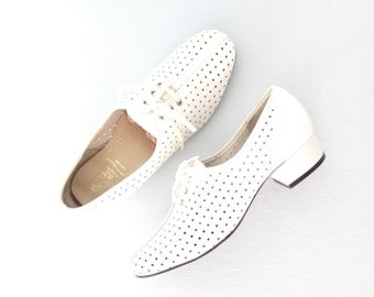 White 60s Pumps * Vintage Heeled Brogues * Oxford Hush Puppies with Heels * size 8 1/2 N