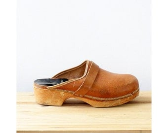 Tan Swedish Clogs 9 / 10 • Vintage Clogs • Distressed Leather Clogs • Wood Clogs • Brown Leather Shoes • Wooden Clogs • Boho Shoes | SH401
