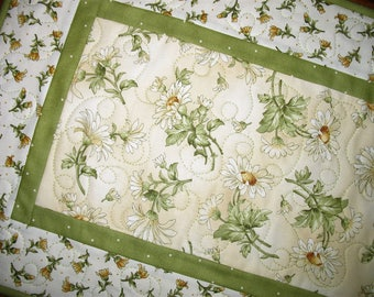 Floral Table Runner, Daisy, Summer, quilted, fabric from Maywood, handmade, quilted table runner