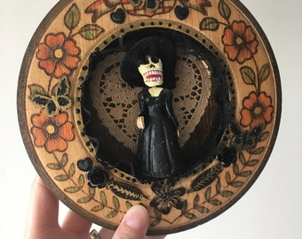 Mexican skeleton catrina lady on vintage engraved painted wood piece  / Mexican folkart // ooak
