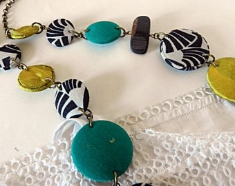 Necklace in green and ethnic black and white, with wooden beads