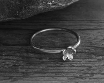 Sterling silver ring with a pretty silver flower