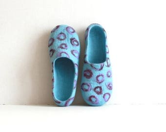 Women house shoes - felted wool slippers - Mothers day gift - sky blue with purple / violet bubbles - gift for her - women slippers