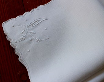 Vintage Napkins White Linen Luncheon Dinner Embroidered Madeira Cutwork 4 Perfect