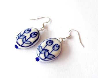 Delfts Blue Ceramic earrings. Dutch tulip earrings. Ceramic Holland earrings. Delft Dutch ceramic. Linnepin 010.