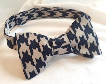 Men's Navy/Cream Houndstooth Adjustable Bow Tie (Self Tie)