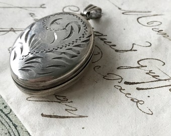 A beautiful sterling silver vintage oval locket