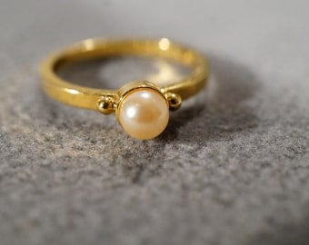 Vintage Gold Tone Jewelry With Faux Pearl Stone Solitaire Wedding Band Ring, size 8    KW101